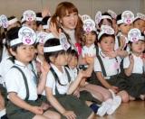 『ひつじの日』記念ダンスコンテスト表彰式で、園児たちと交流した小倉優子 (C)ORICON DD inc.