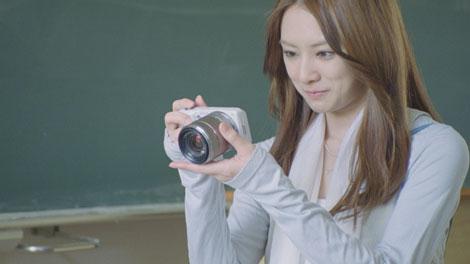 思い出の地でカメラをむける北川景子/『α』(ソニー)新CM