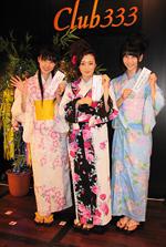 願いを書いた短冊を見せる、浴衣姿のAKB48のメンバー3人。