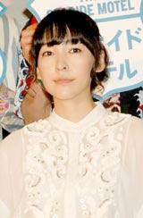 映画『シーサイドモーテル』の初日舞台あいさつを行った麻生久美子