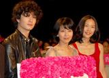 映画『告白』の初日舞台あいさつに登壇した(左から)岡田将生、松たか子、木村佳乃