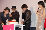 映画『告白』の初日舞台あいさつで主演の松たか子の誕生日を祝福するサプライズケーキが登場!