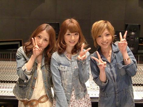 RSPのニューシングル「アイコトバ」の楽曲の冒頭のセリフを担当した小倉優子(中央)