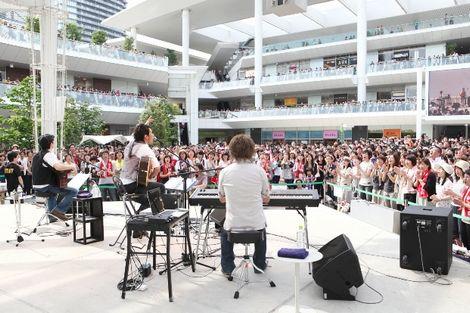 5000人が見守るなかで新曲とサッカー日本代表応援ソングを披露