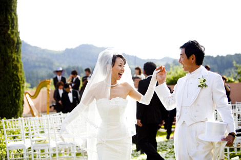 サムネイル 米カリフォルニア州ナパバレーのワイナリーで挙式で手を取り合い微笑み合う石田純一&東尾理子夫妻