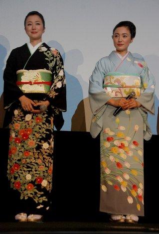 サムネイル 映画『Flowers』初日舞台あいさつに華やかな着物姿で出席した鈴木京香(左)と仲間由紀恵(左) (C)ORICON DD inc.
