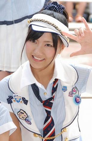 ポニーテールにサンバイザーをつけポーズをとるAKB48時代の宮澤佐江