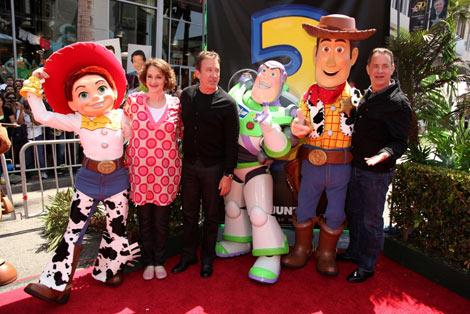 LAで開催されたワールドプレミアの様子(人物左から)ジョーン・キューザック、ティム・アレン、トム・ハンクス