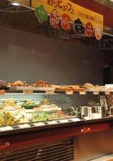 ローソンが店内調理を行う新サービス『ローソン神戸ほっとデリ』を発表、日替わりでセルフ式盛り放題コーナーも展開される (C)ORICON DD inc.