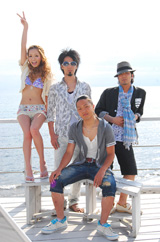 """逗子三兄弟のデビュー曲「サマーウルフ」のミュージックビデオで初""""水着姿""""を披露した小森純(左端)"""