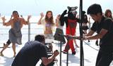 小森純が初の水着姿で挑んだ、逗子三兄弟「サマーウルフ」の音楽ビデオ収録の模様