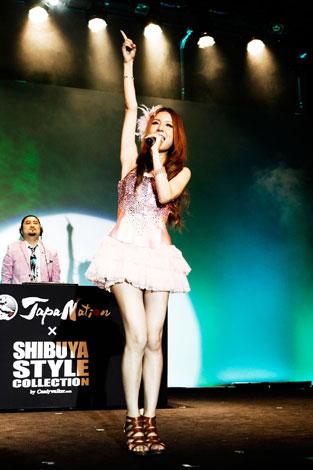 サムネイル 『JAPANAITON×渋谷スタイルコレクション@コ・フェスタIN上海』で歌唱するMay J.
