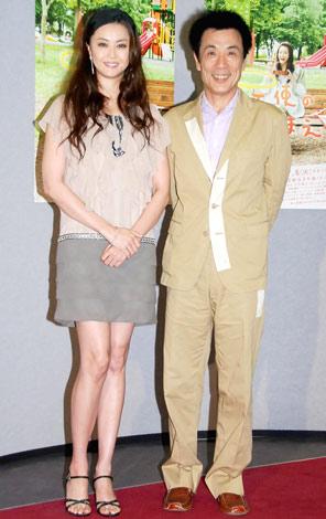 NHK火曜ドラマ『天使のわけまえ』の会見に出席した(左から)観月ありさ、イッセー尾形 (C)ORICON DD inc.
