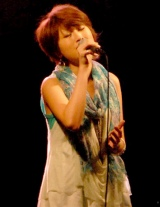 ドラマ『逃亡弁護士』(フジテレビ系)の制作発表会見で、主題歌を披露した和紗 (C)ORICON DD inc.
