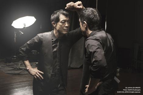 鏡越しに自身と対峙する矢沢永吉/『GQ JAPAN』8月号