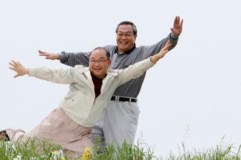 北村総一朗の歌に合わせて踊る斉藤暁と小野武彦(右)/『新やさしい EVER』(アフラック)新CM