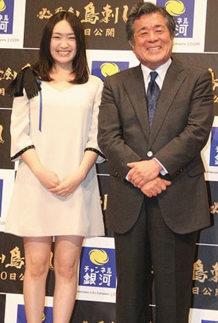 映画『必死剣鳥刺し』の試写会イベントに出席した(左から)池脇千鶴、松平定知アナウンサー (C)ORICON DD inc.