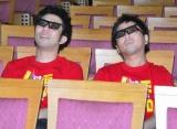 """『LIVE STAND 2010』で史上初""""3D漫才""""を実施! リハーサルを公開したパンクブーブーが3Dメガネで見え方をチェック (C)ORICON DD inc."""