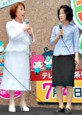 テレビ朝日系『シルシルミシルさんデー』の巨大バナーお披露目イベントに出席した朝丘雪路(左)とお手伝いさん (C)ORICON DD inc.