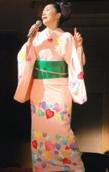ピンク地にカラフルなハートを散らした、自身デザインの着物もお披露目 (C)ORICON DD inc.