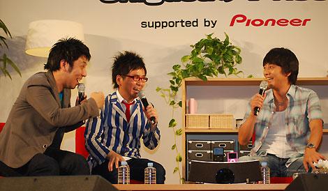 デビュー15周年となる山崎まさよし(右)と、1つ先輩だと豪語するパンクブーブー (c)oriconDD.inc