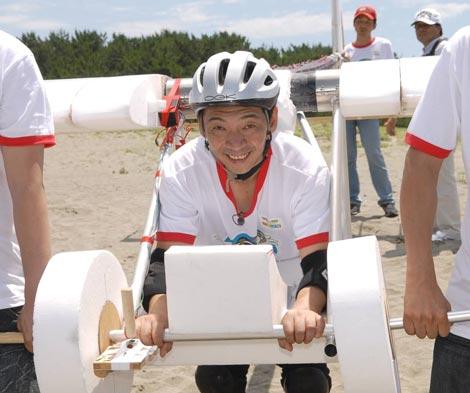 静岡・中田島砂丘で初フライト練習を行う宮根誠司アナウンサー