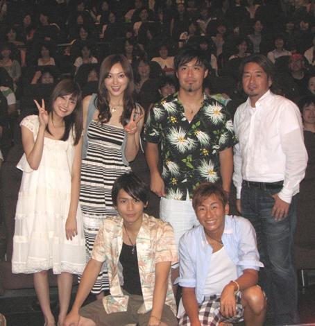 映画『リメンバーホテル』の舞台挨拶に登場した、メインキャスト3人と、主題歌を歌うキマグレンら。