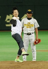 初の始球式を務め球場を沸かせた吉高由里子