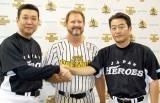 がっちりと手を合わせた(写真左から)江川卓、ランディーバース、山倉和博 (C)ORICON DD inc.