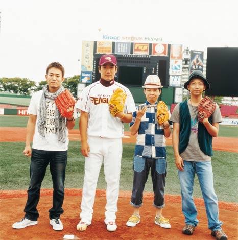 FUNKY MONKEY BABYSの新曲のジャケットを飾る田中将大投手(左から2番目)