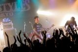激しいライブパフォーマンス  Photo : Terumi Fukano