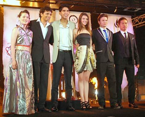 映画『エアベンダー』公開記念イベントに出演した(左2番目から)M.ナイト・シャマラン監督、デヴ・パテル、ニコラ・ペルツ、ジャクソン・ラスボーン、長友佑都選手 (C)ORICON DD inc.