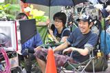ドラマの撮影を見守る宮藤官九郎(右)とプロデューサーの磯山晶さん (C)TBS