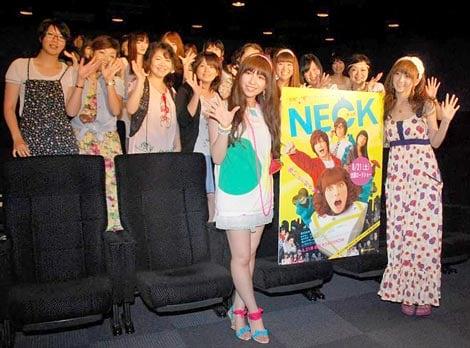 映画『NECK』の女子限定試写会に出席した(左から)AKB48・河西智美、小松彩夏 (C)ORICON DD inc.