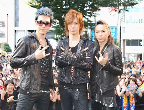 BREAKERZが新曲「激情」の発売を記念しゲリラライブを敢行 ※(左から)SHINPEI、DAIGO、AKIHIDE (C)ORICON DD inc.