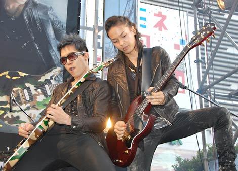 BREAKERZが新曲「激情」の発売を記念しゲリラライブを敢行! 新宿ステーションスクエアで音色を響かせた(左から)SHINPEIとAKIHIDE (C)ORICON DD inc.