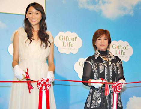 『Gift of Life プロジェクト』オープニングセレモニーに出席した(左から)杏と松原のぶえ (C)ORICON DD inc.