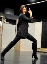 舞台『宝塚BOYS』の公開稽古で宝塚で培ったポージングを披露した瀬奈じゅん