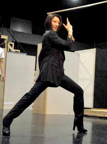 舞台『宝塚BOYS』の公開稽古で宝塚で培ったポージングを披露した瀬奈じゅん (C)ORICON DD inc.