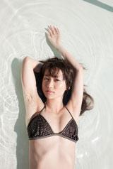プールにビキニ姿で横たわる大島優子