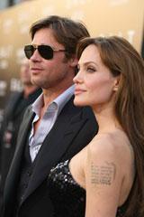 アンジェリーナ・ジョリー(右)が、ブラッド・ピット同伴で新作『ソルト』のLAプレミアに登場