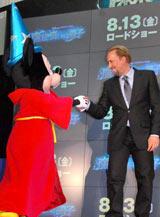映画『魔法使いの弟子』のスペシャルプレビューイベントでがっちり握手を交わすミッキーマウスとニコラス・ケイジ