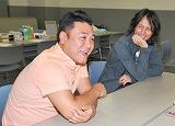 アンタッチャブル・山崎弘也と今回の冠番組の総合演出・プロデューサーも務める加地倫三氏の、対談形式で行われたインタビューの模様 (C)ORICON DD inc.