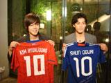 小栗旬(右)とキム・ヒョンジュンがソウルで初対面