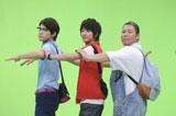 ウェーブダンスを披露する佐藤健(中央)/『Fit's LINK』(ロッテ)新CMメイキングカット
