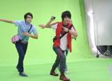 キレのあるダンスを披露する佐藤健/『Fit's LINK』(ロッテ)新CMメイキングカット