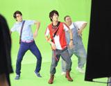 見事なチームワークでダンスをする佐藤健(中央)/『Fit's LINK』(ロッテ)新CMメイキングカット