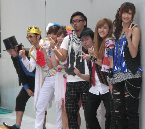 T-Pistonz+KMCとBerryz工房。T-Pistonz+KMCは『イナズマイレブン』のオープニングテーマ『GOODキター!』を歌うバンド。