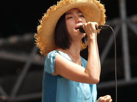 FM802の夏フェス『MEET THE WORLD BEAT 2010』に出演したUA