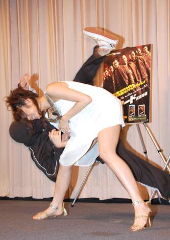 映画『アーマード武装地帯』のBD&DVD発売イベントで、テレンス・リーから教わった護身術を披露した中村静香 (C)ORICON DD inc.